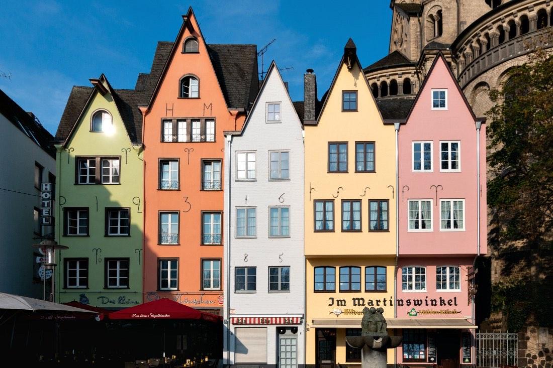De bezienswaardigheden van Keulen: het oude centrum van Keulen met kleurrijke huizen