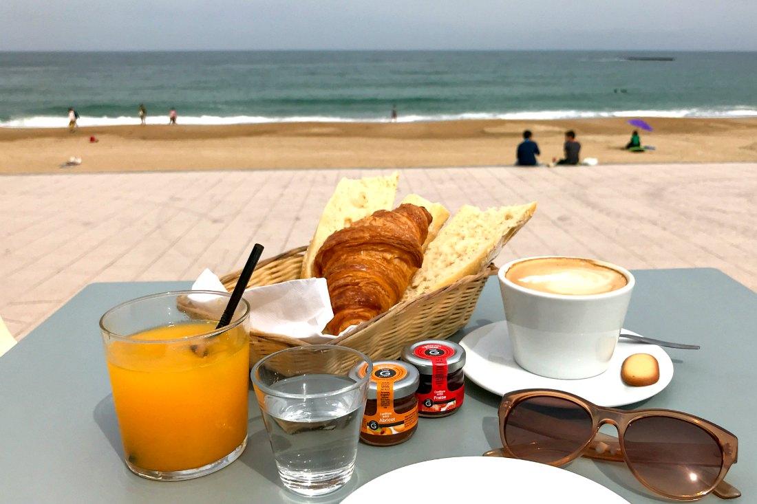 Ontbijt in Biarritz