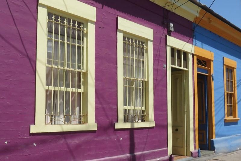 Bunte Holzhäuser an der Baquedano in Iquique