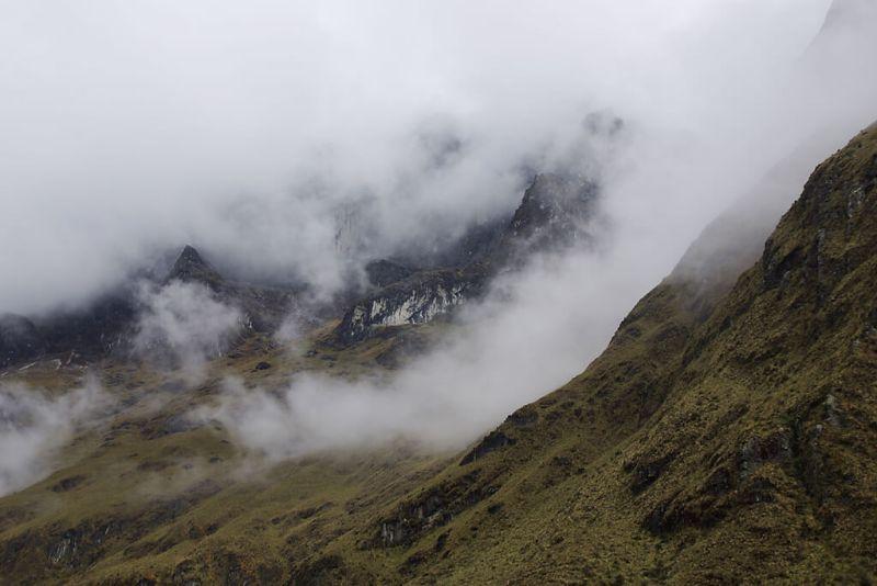 Blick auf der Wolkenumhüllten Anden