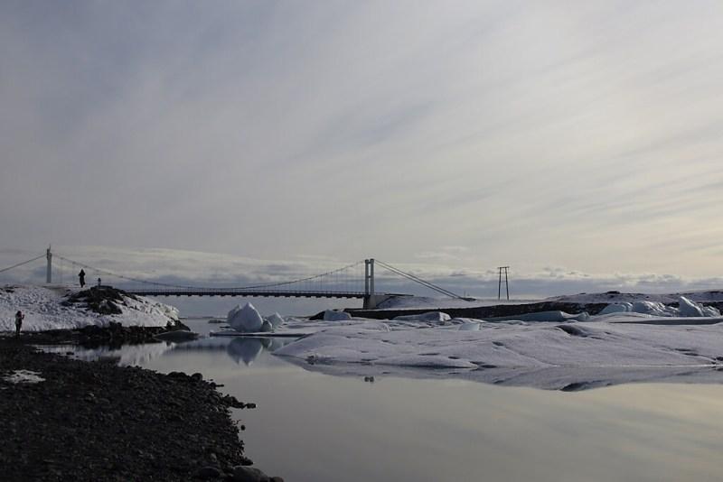 Brücke zwischen Gletschersee Jökulsarlon und Meer