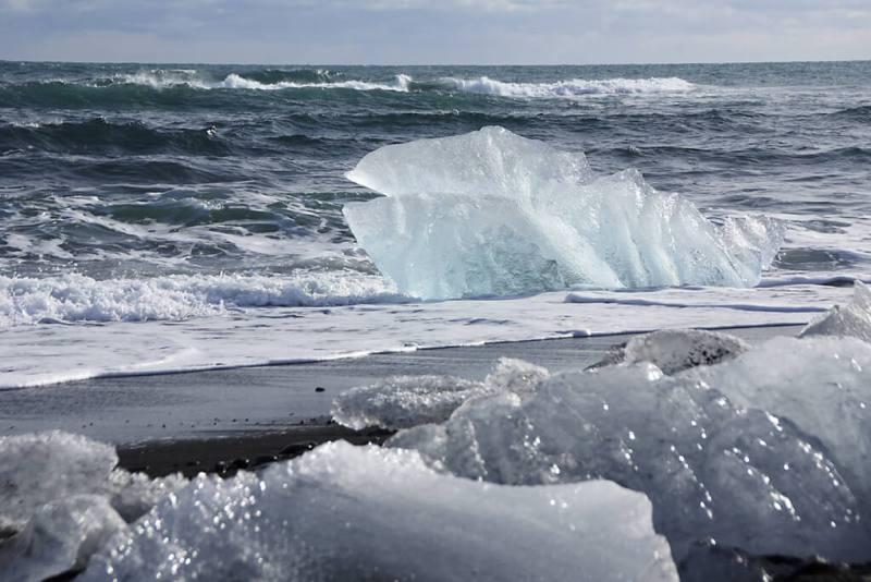 Island: Eisberge treiben auf dem Meer