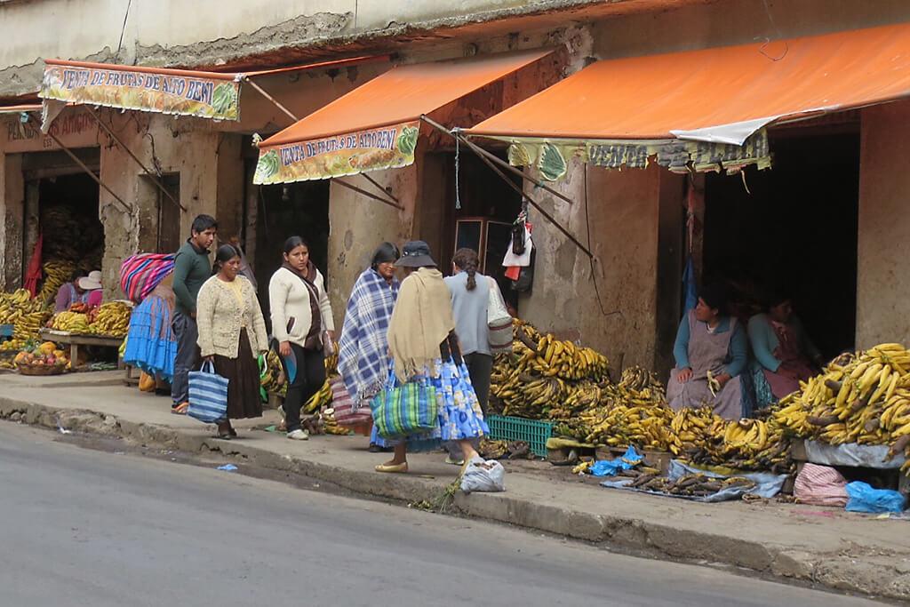 Bananen und Obst auf dem Markt von La Paz