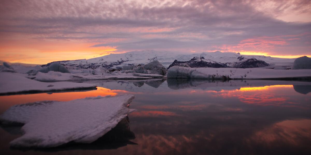 Sonnenuntergang über dem Gletschersee Jökulsarlon