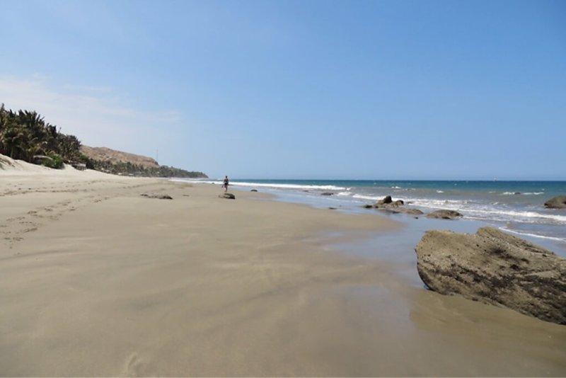 Kilometerlanger Sandstrand in Peru bei Mancora