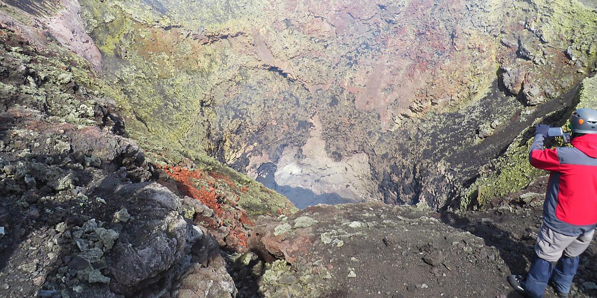 Vulkan Trekking: Blick in den Krater des Vulkan Villarika