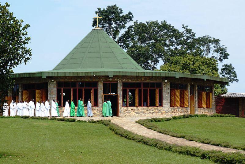 Mönche beim Gottestdienst im monastère Danyi
