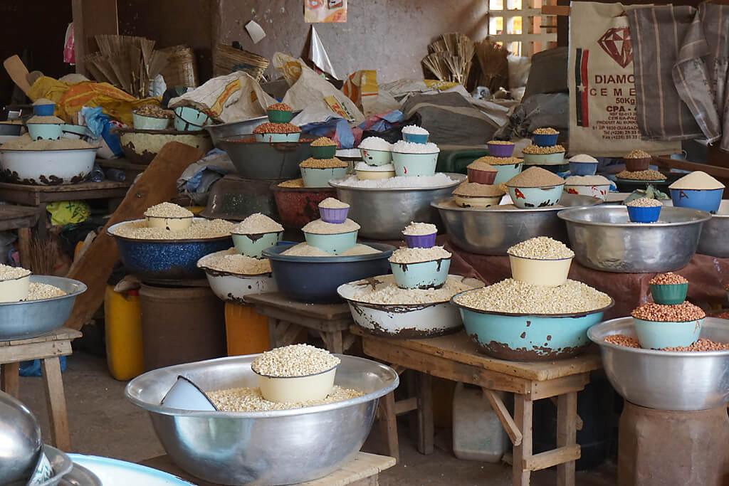 Getreide und Bohnen auf dem Markt von Atkapamé