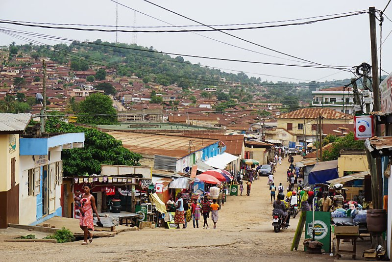 Strasse in Atakpamé in Togo