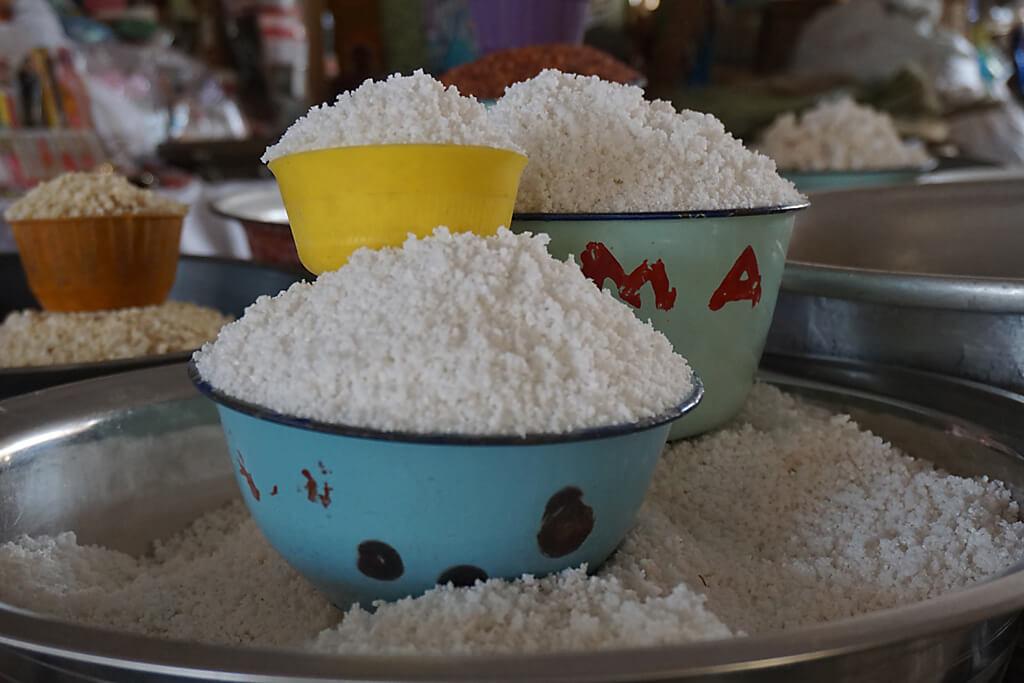 Schüsseln mit Salz auf dem Grand Marché von Atakpamé