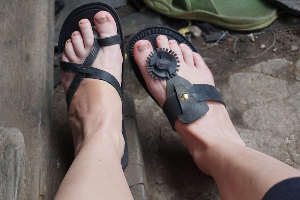 Up-cycling: Sandalen aus LKW-Reifen in Atakpamé