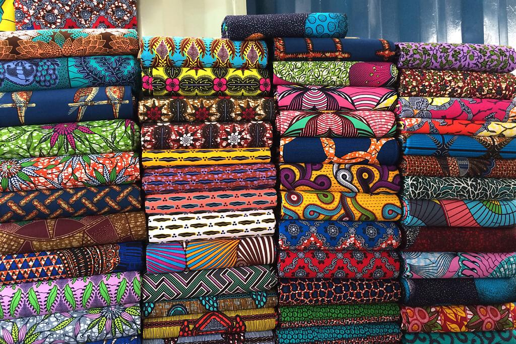 Bunte Pagné auf dem Stoffmarkt von Lomé