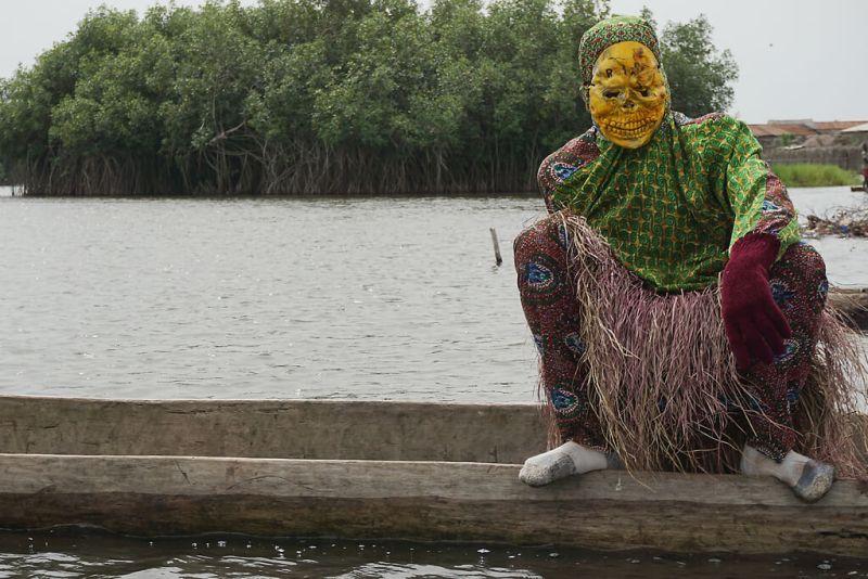 Verkleidete und Maskierte Gestalten kündigen das Osterfest an