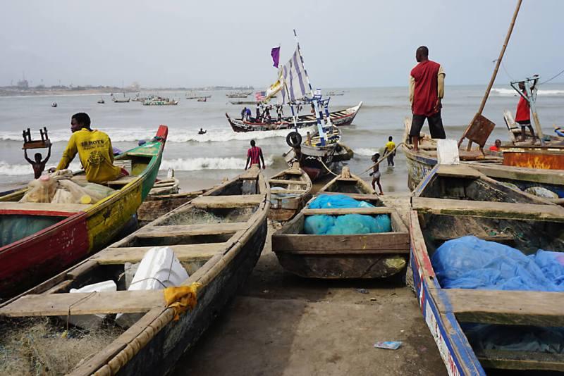 Fischerboote im Fischerhafen von Accra in Ghana