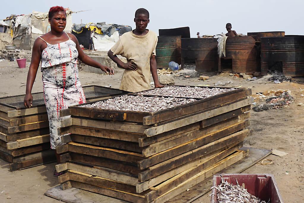 Fische räuchern in der Fischersiedlung von Accra