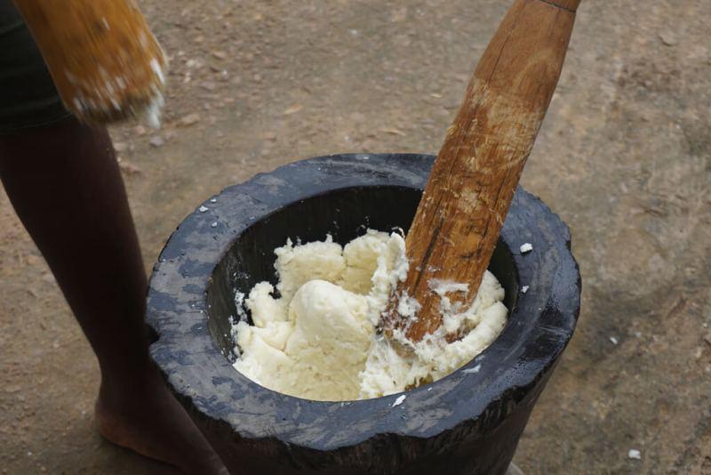 Essn in Togo: Foufou wird im Motier gestampft