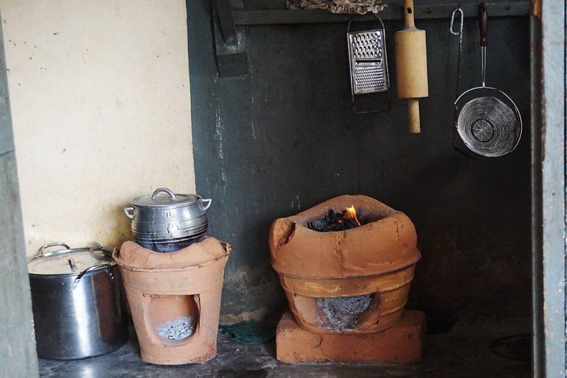 Einrichtung einer Küche in einem togolesischen Haushalt