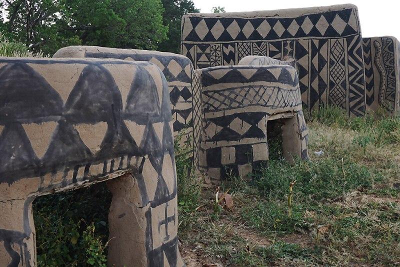 Eingang zum Court Royal von Tiebele in Burkina Faso