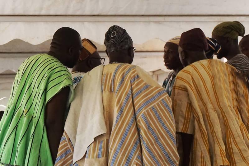 Beratung traditionell gekleideter Vertrauensmänner vor Ankunft des Chefs zum Thronjubiläum Aschanti
