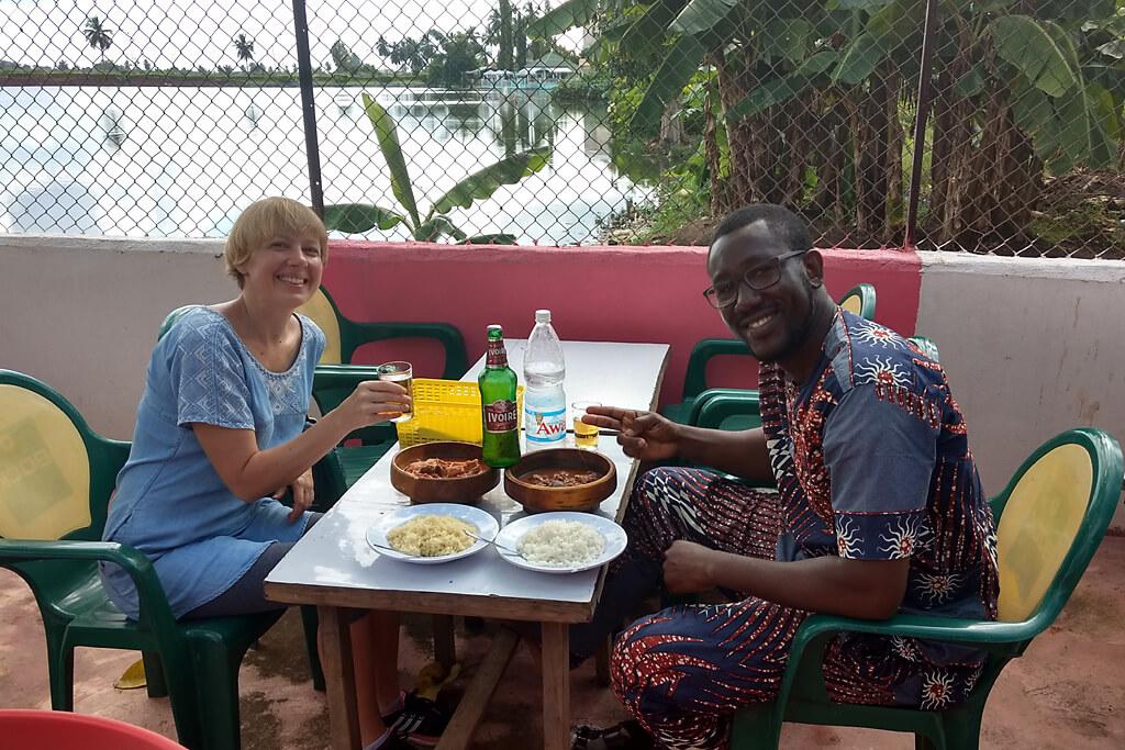 Essen in einer Maquis in Yamoussoukro