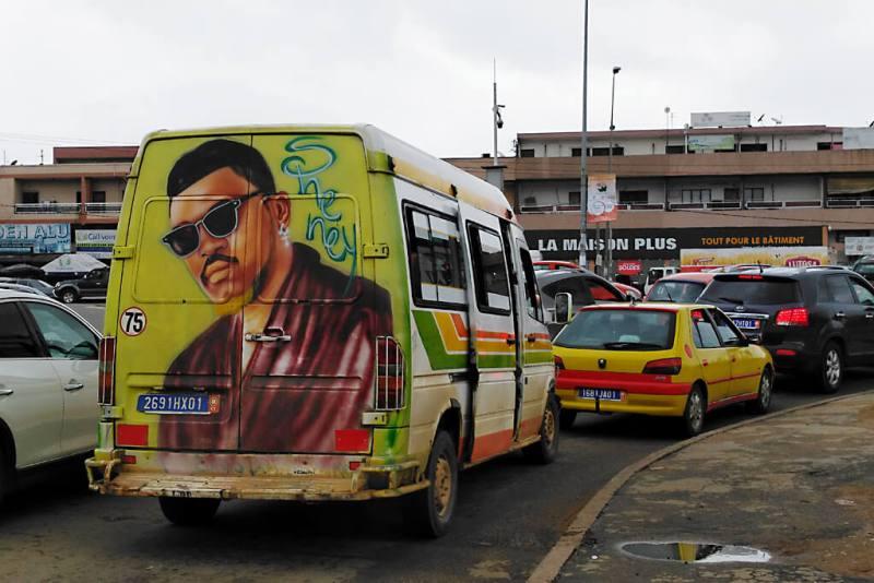 Gbaka im Verkehrsstau in Abidjan