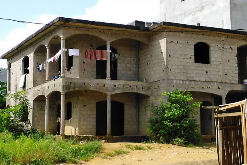 Bewohnter Rohbau in Abidjan