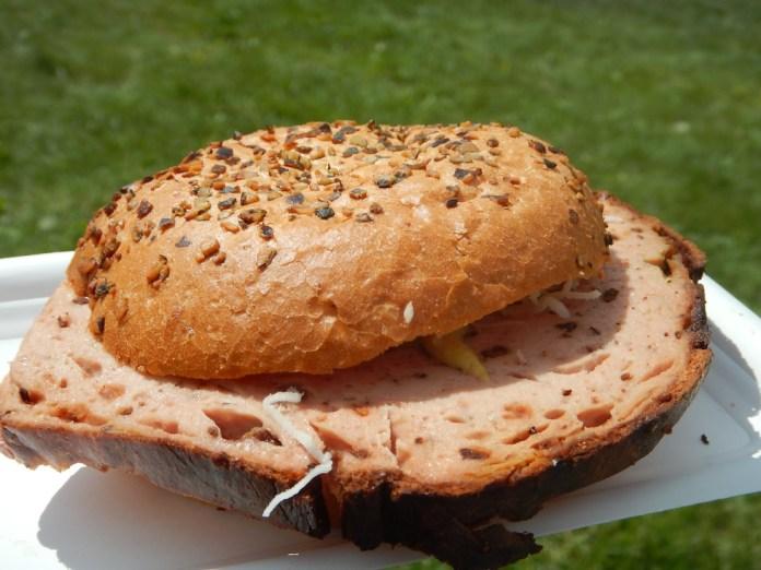 Echt gut: Steirer Burger mit Kürbiskernleberkäse beim Stand der Fam. Monschein