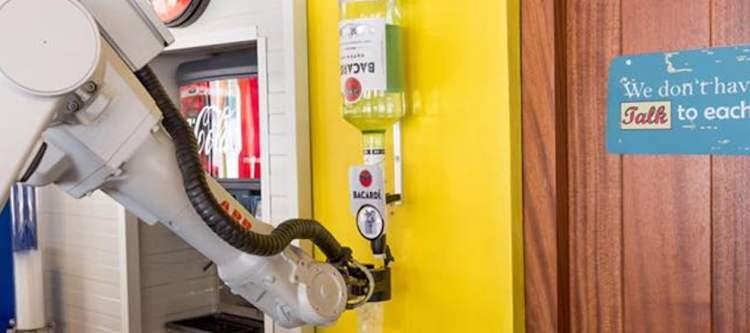 Video - Robot serveert gasten Corendon op Curaçao