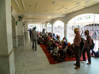 Menschen warten Sikh Tempel