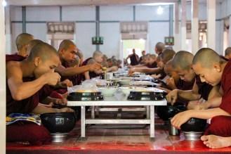 Mönche essen Mahagandayon Kloster