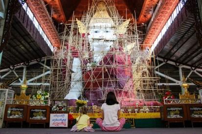Nga Htat Gyi Pagoda Sitzender Buddha