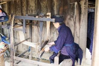 Hmong Frau in Indigo Klamotten
