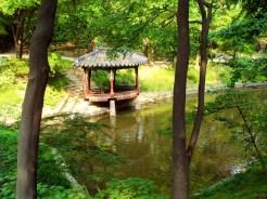 Teich Aeryeongji mit Aeryeonjeong Pavillon Huwon Secret Garden
