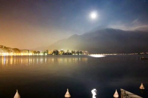 See Annecy in der Nacht