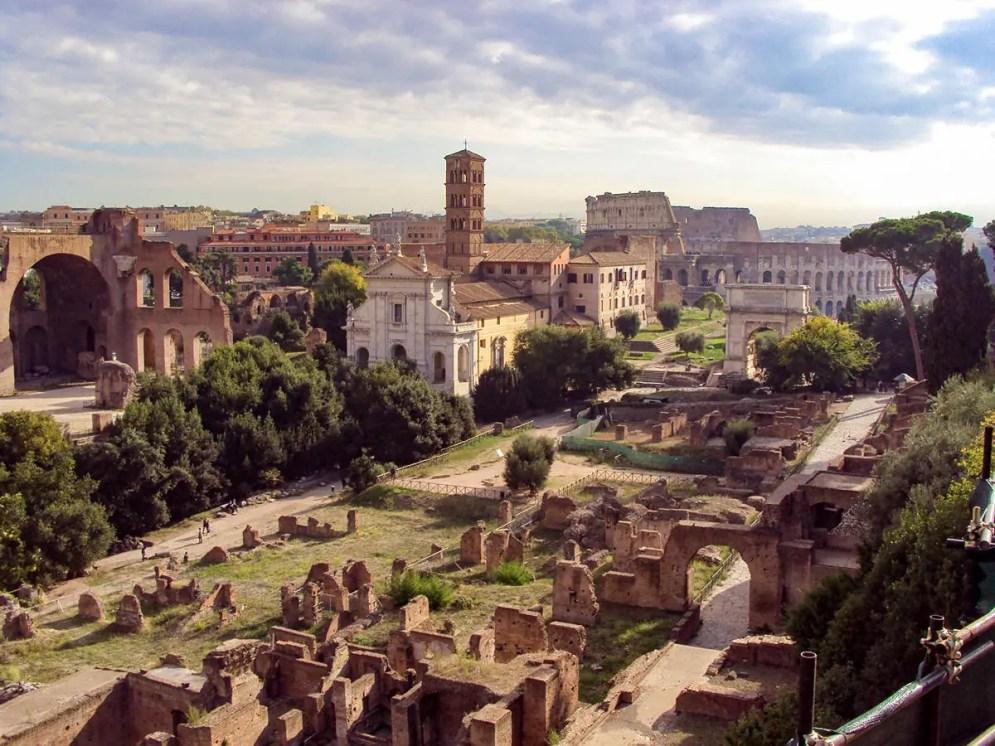 Haus der Vestalinnen mit dem Kolosseum und Titusbogen im Hintergrund
