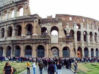 Massen von Touristen am Kolosseum