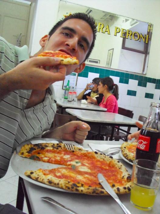Pizza essen in der Pizzeria da Michele