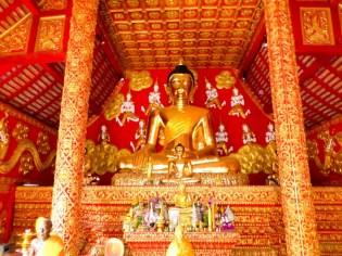 Buddha im kleinen Tempel neben dem Wat Phra That Lampang Luang