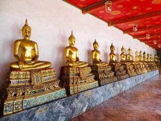 Reihe sitzender Buddha-Statuen in Wat Pho