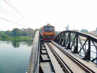 Zug fährt über Brücke am Kwai