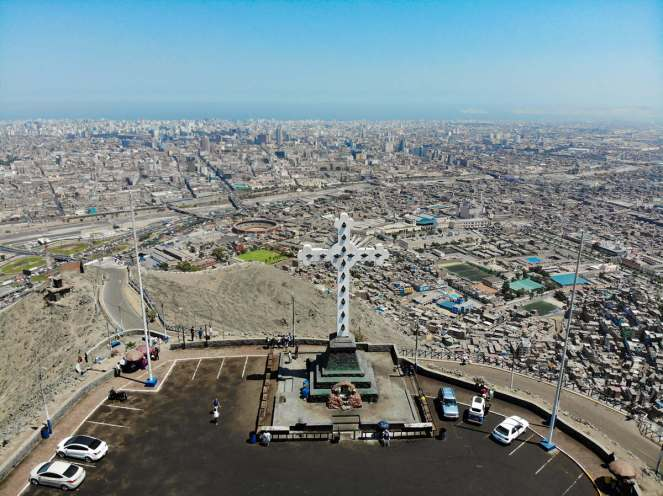 Drohnenaufname über Cerro San Cristobal in Lima