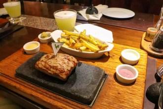 Alpaka-Steak auf Vulkanstein im Zig Zag Restaurant