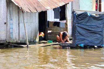 Frau wäscht sich die Harre in Belen Iquitos