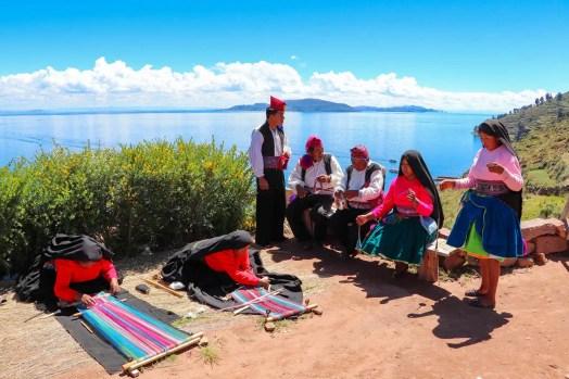 Frauen spinnen Wolle und weben. Männer stricken Hüte auf Taquile