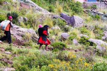 Quechua Frau mit Kind auf der Insel Taquile