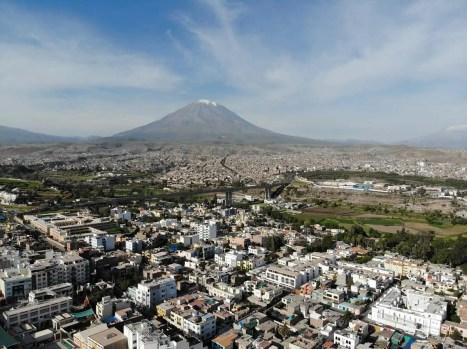 Drohnenaufnahme über Vulkan Misti vom Mirador de Yanahuara
