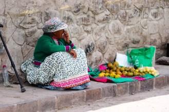 Alte Frau verkauft Obst in Yanque