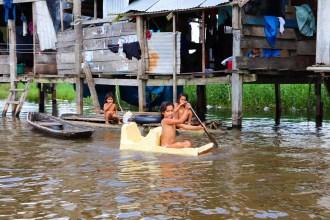 Kinder spielen im Fluss in Belen