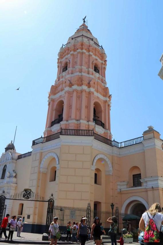 Rosafarbiger Turm der Basilika Santo Domingo in Lima