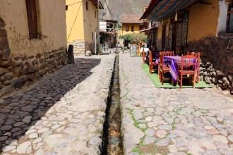 Wasserkanal auf einer Straße Ollantaytambo
